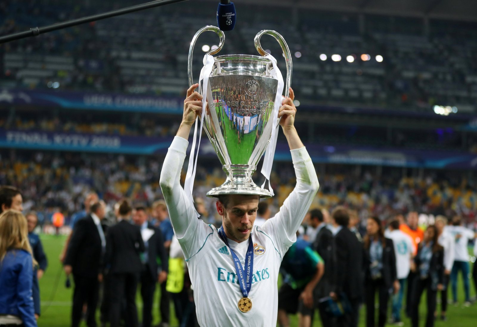 Man United should launch ambitious swoop for Gareth Bale