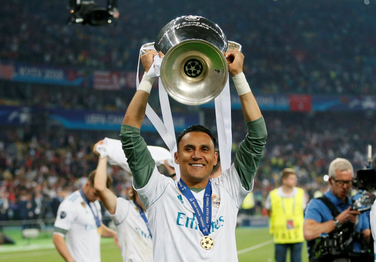 Courtois' imminent Real Madrid move should prompt Tottenham to bid for Keylor Navas
