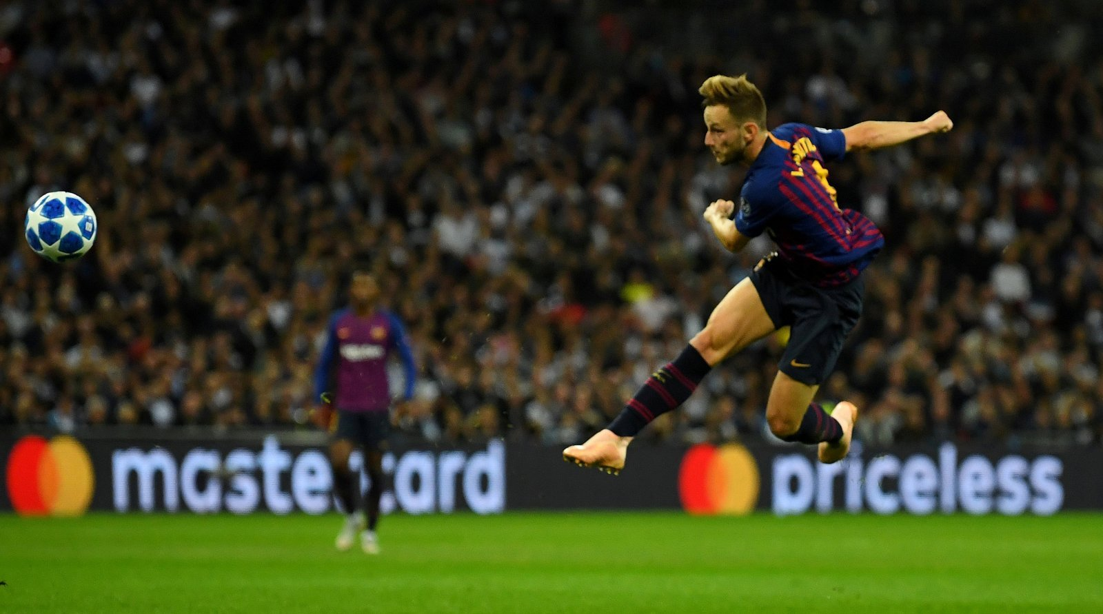 Manchester United: Barcelona look to sell Rakitic to raise funds
