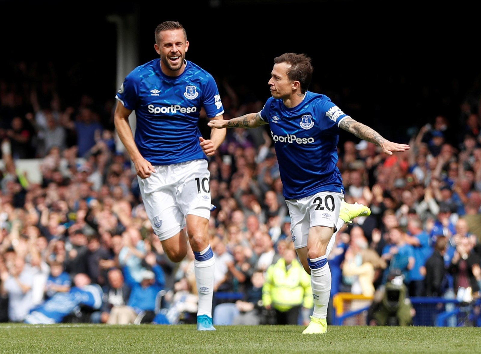 Everton: Sigurdsson hopeful Silva can rely on Walcott and Davies