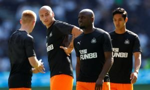 Newcastle United's Jonjo Shelvey, Jetro Willems and Yoshinori Muto during the warm up before the Tottenham match (August 2019)