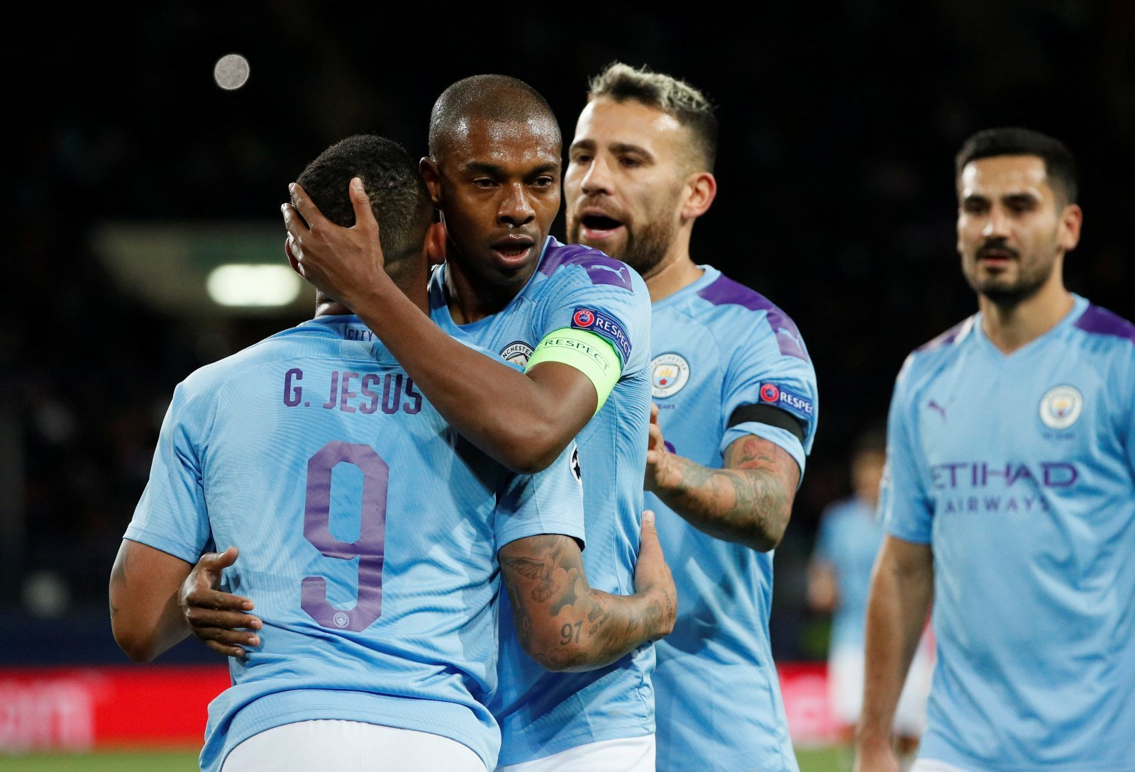 Manchester City: Fans beg Fernandinho to commit future following contract news