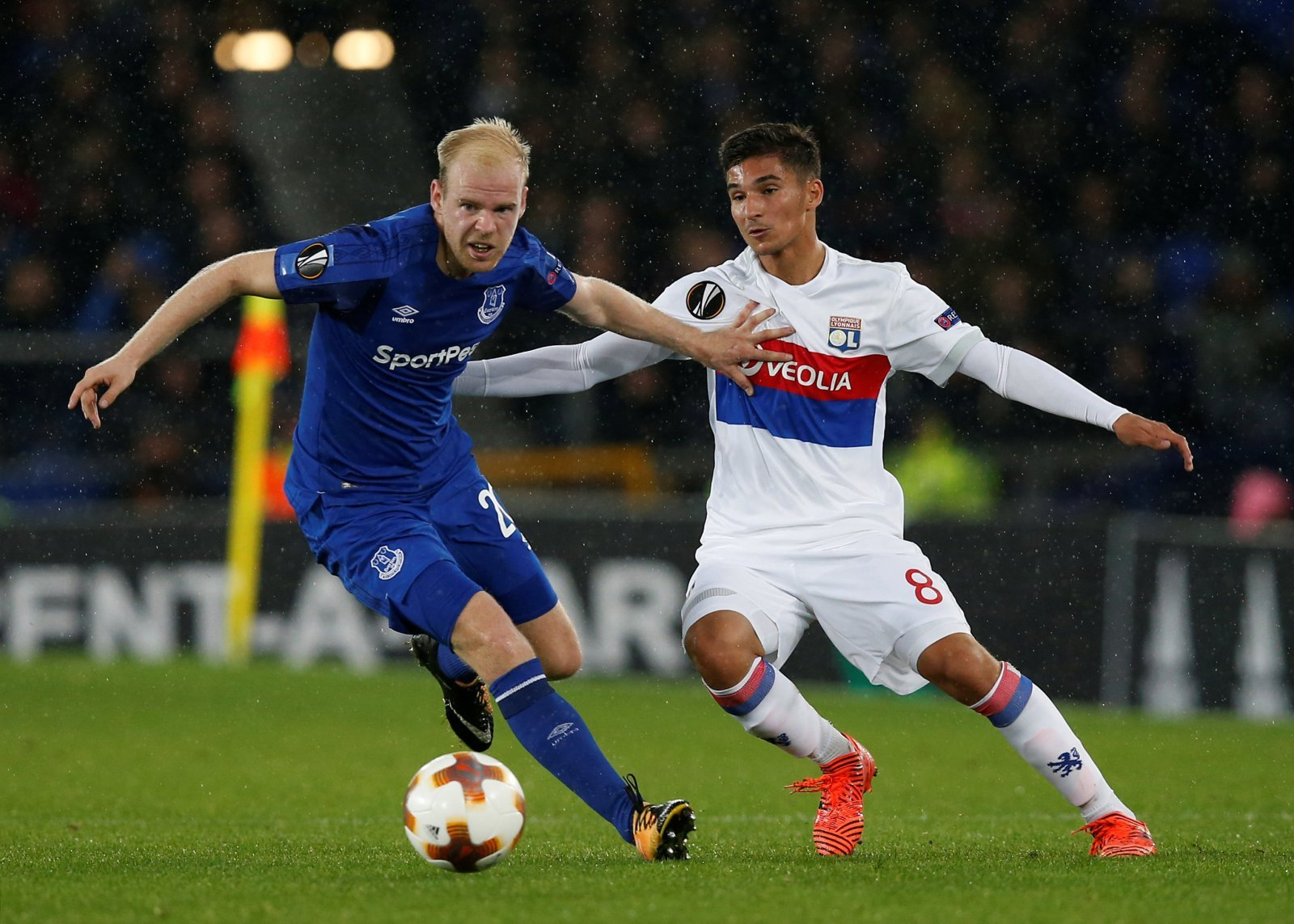 Everton's Davy Klaassen in action with Lyon's Houssem Aouar - Europa League - Oct 2017