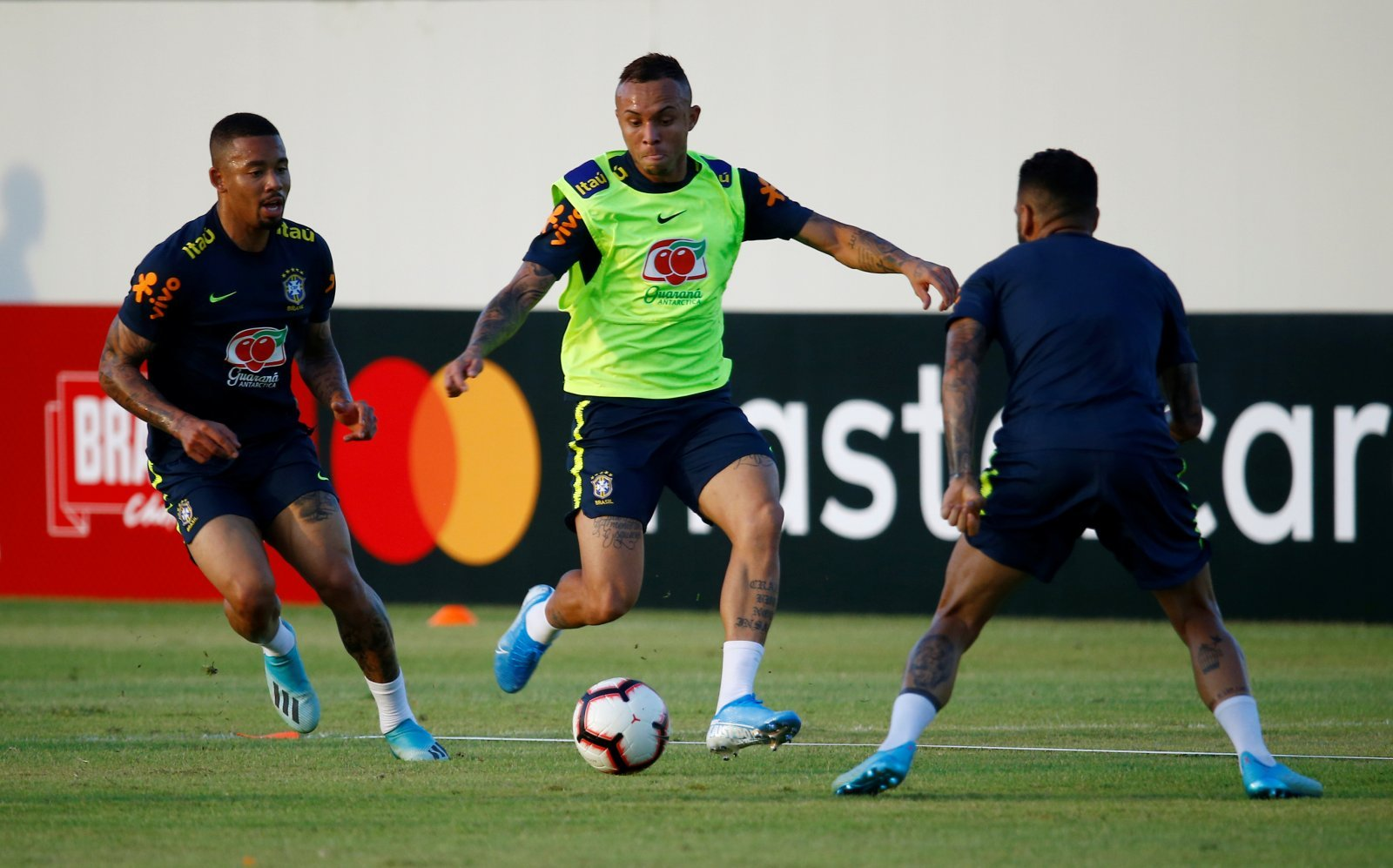 Everton Toffees Prepare 21 1m Everton Soares Transfer Offer The Transfer Tavern
